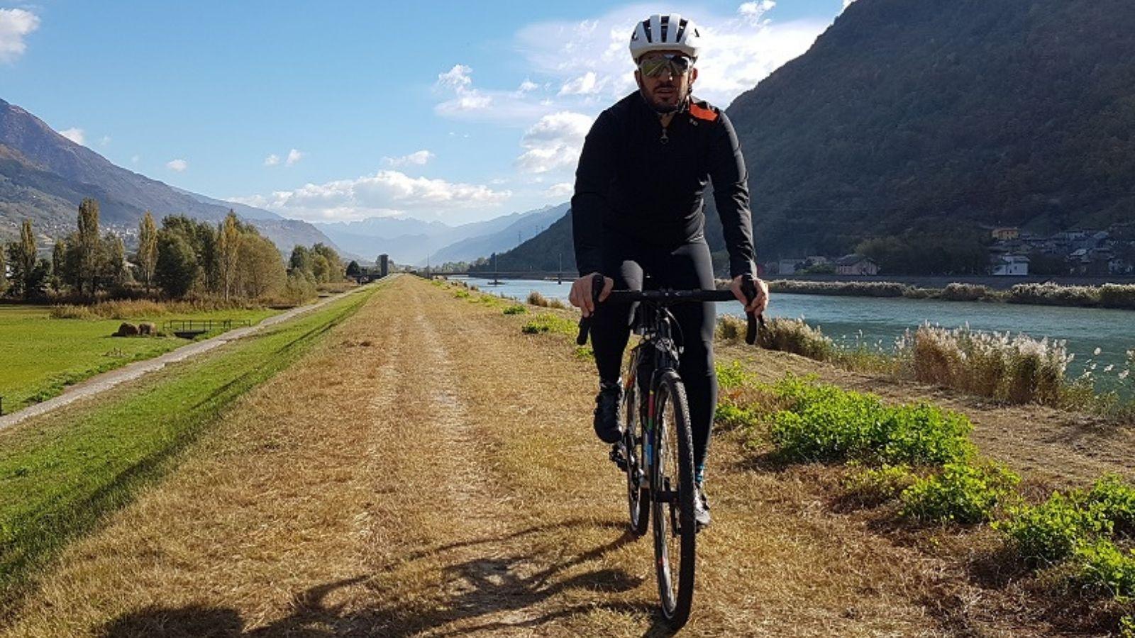 Con una gravel su un tratto del Sentiero Valtellina, in Lombardia