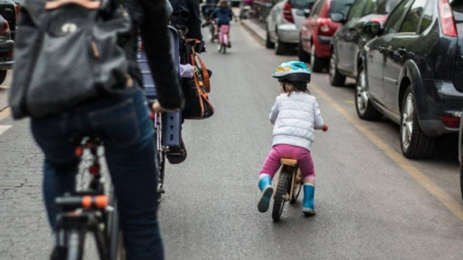 Bambini a scuola in bici
