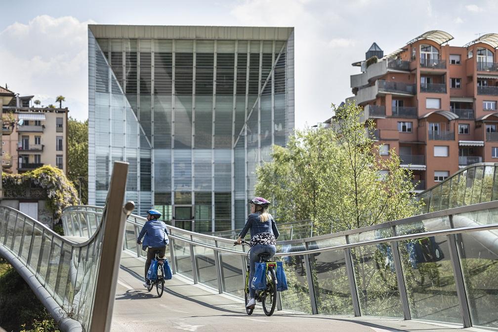 Cicloturisti a spasso per Bolzano sulle sue piste ciclabili (credit: Ast Guadagnini)