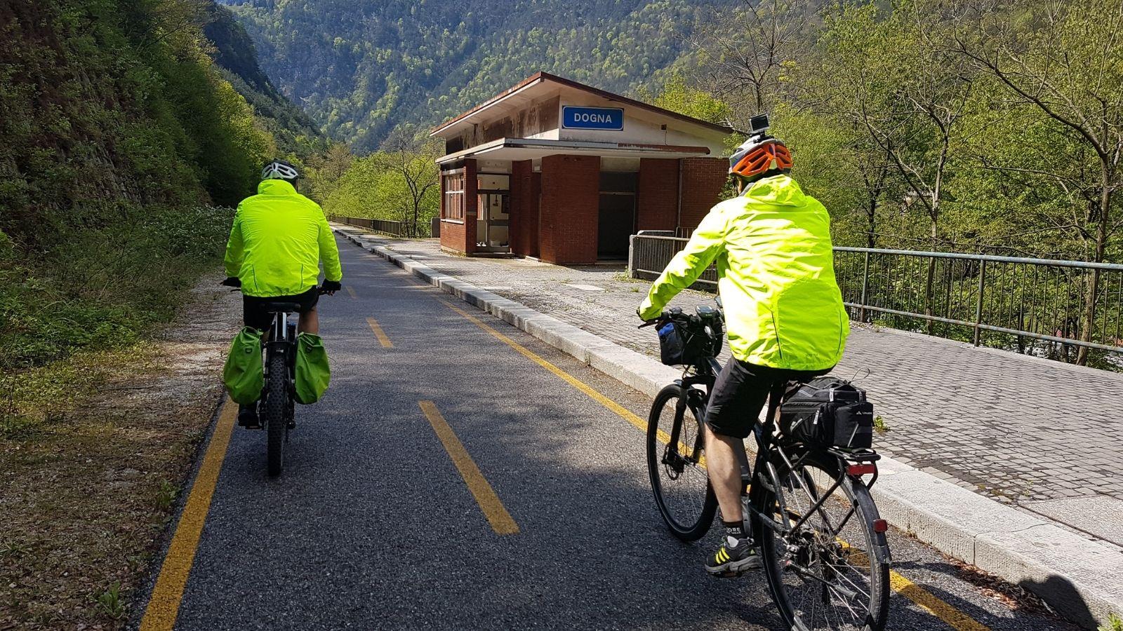 Due cicloturisti percorrono un tratto della pista ciclabile Alpe Adria