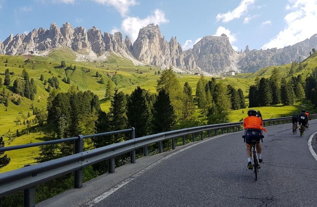 Ciclisti sulle strade al cospetto delle Dolomiti