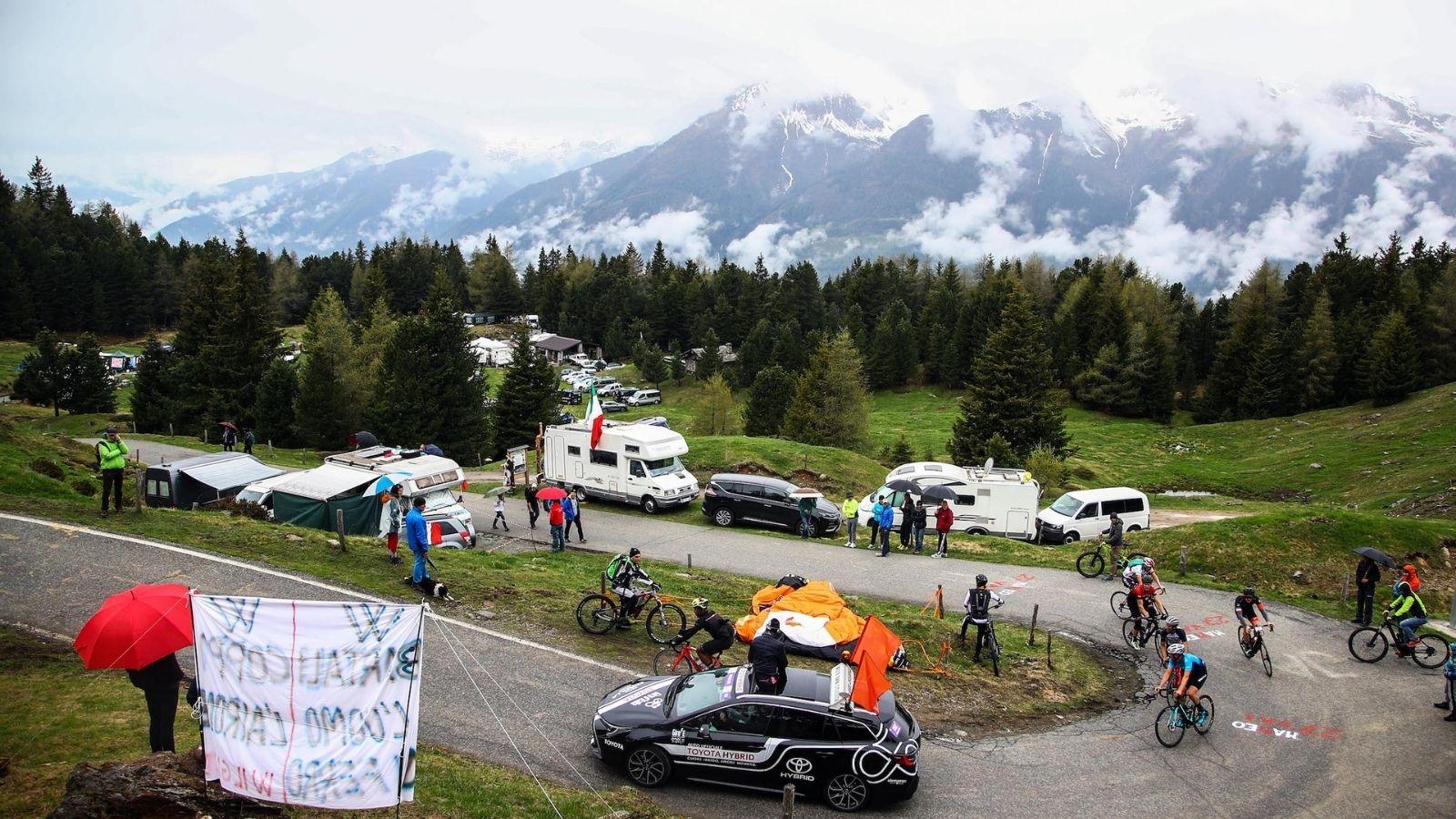 Alcuni ciclisti del Giro E impegnati in salita sulle loro eRoad Bike (Credit: LaPresse)
