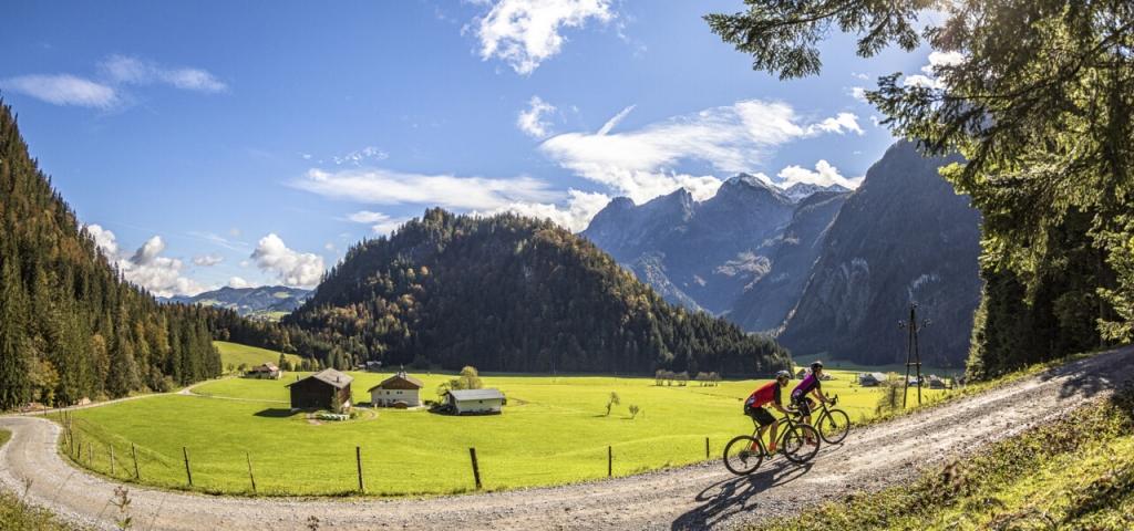 Due cicloturisti su gravel in Austria (credit: Andreas Meyer)