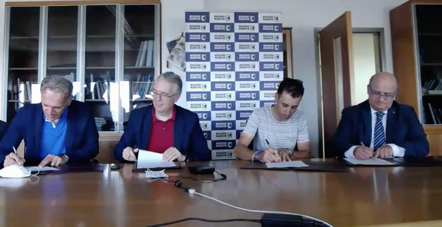 Nibali firma l'accordo con Regione Marche