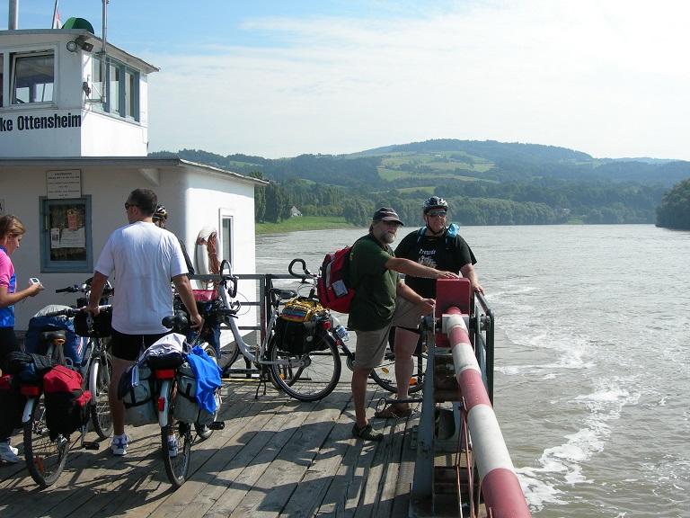 Cicloturisti sul traghetto sul Danubio (credit: Chiara Bozzi)